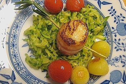 Jakobsmuschel im Baconmantel auf Zucchinijulienne mit Schmortomaten und Bratkartoffeln 1