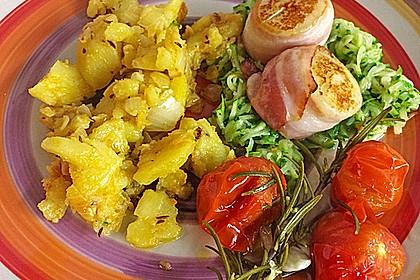 Jakobsmuschel im Baconmantel auf Zucchinijulienne mit Schmortomaten und Bratkartoffeln 0