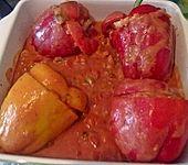 Gefüllte Paprika mit Cous-Cous und Tomatensoße (Bild)