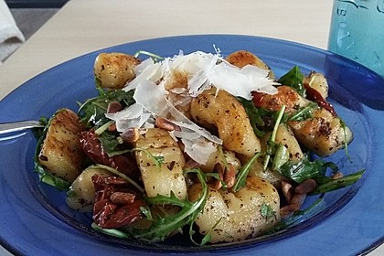 Gnocchi-Salat mit Pinienkernen und getrockneten Tomaten 4