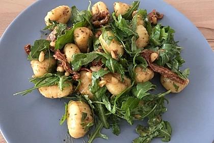 Gnocchi-Salat mit Pinienkernen und getrockneten Tomaten 7
