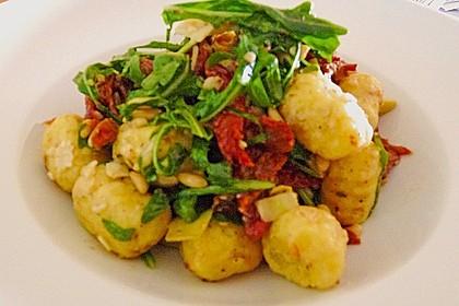 Gnocchi-Salat mit Pinienkernen und getrockneten Tomaten 11