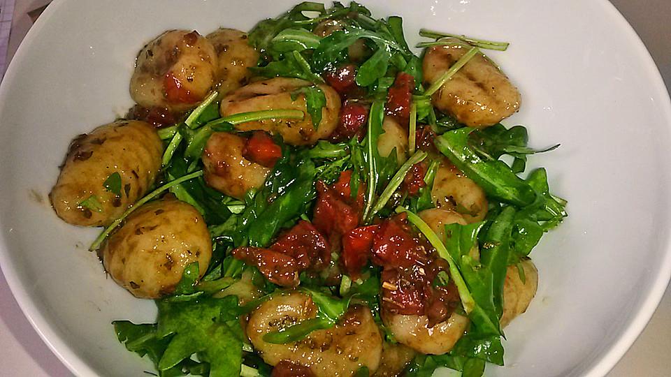 gnocchi salat mit pinienkernen und getrockneten tomaten rezept mit bild. Black Bedroom Furniture Sets. Home Design Ideas