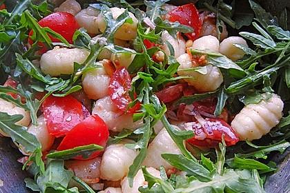 Gnocchi-Salat mit Pinienkernen und getrockneten Tomaten 3