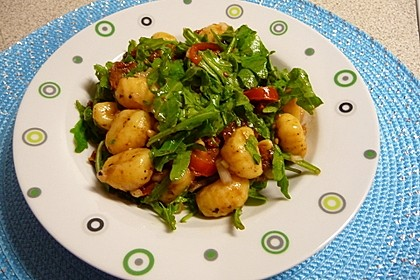 Gnocchi-Salat mit Pinienkernen und getrockneten Tomaten 5