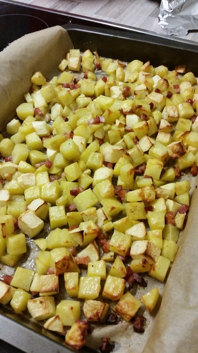 bratkartoffeln aus dem backofen mit apfeln und speck