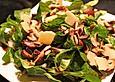 Feldsalat mit Champignons und Pinienkernen