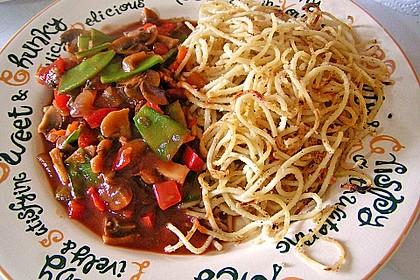 Champignons mit feinem buntem Gemüse und gebratenen Nudeln