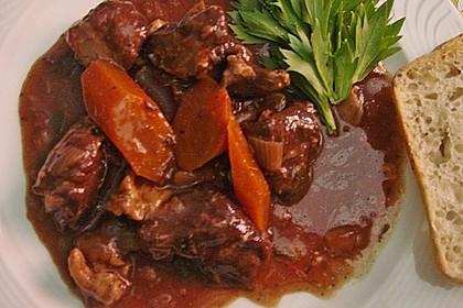 Wildschweinragout mit Gemüse, Kräutern und Pflaumen, toskanisches Rezept