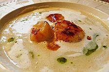 Weiße pürierte Kartoffelsuppe mit feinen Zutaten