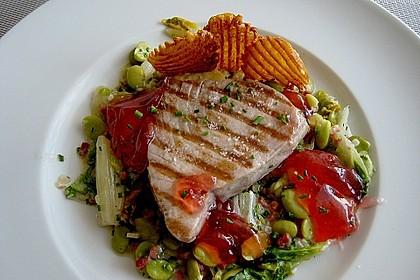 Thunfischsteak mit pikantem Rhabarbergelee auf Schinken, dicken Bohnen und Salat