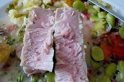 Thunfischsteak mit pikantem Rhabarbergelee auf Schinken, dicken Bohnen und Salat 1