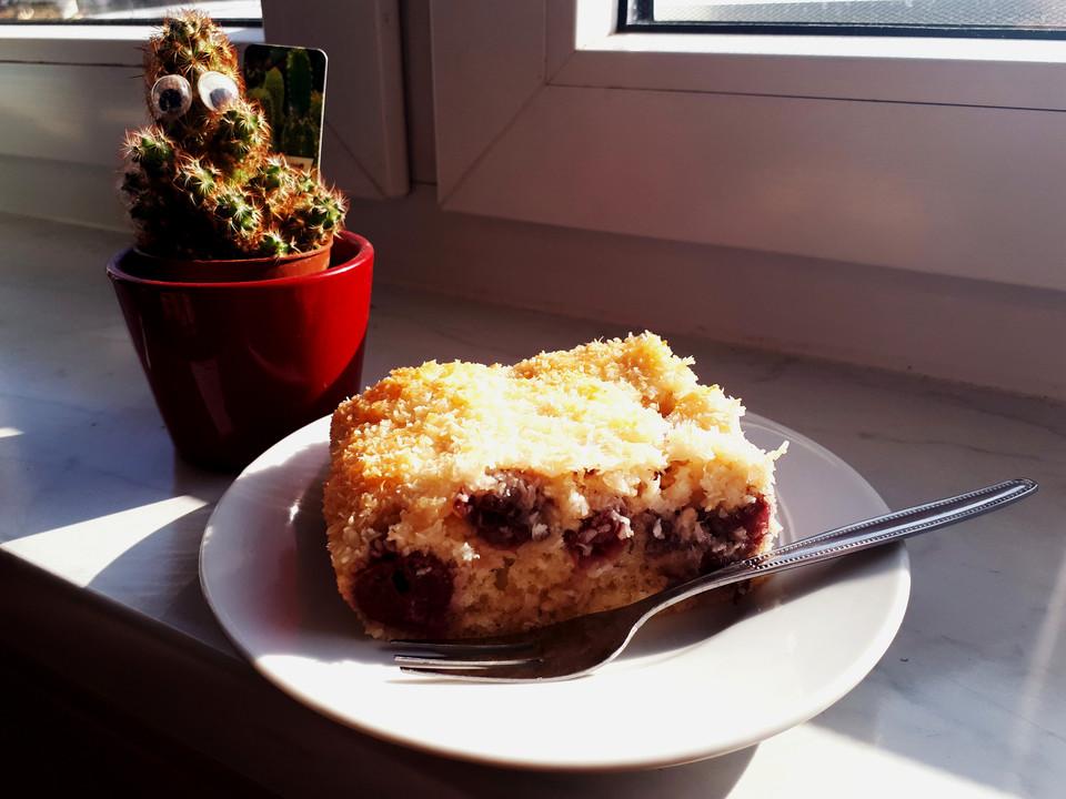 buttermilch kokos kuchen mit kirschen von fina 86. Black Bedroom Furniture Sets. Home Design Ideas