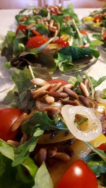 Gemischter Salat Mit Pinienkernen Und Honig Senf Dressing Von
