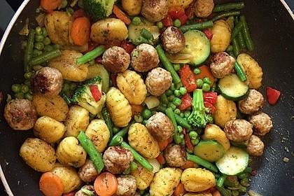 Gnocchi-Gemüse-Pfanne mit Mettbällchen 8