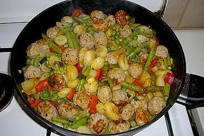 Gnocchi-Gemüse-Pfanne mit Mettbällchen 12