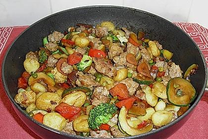 Gnocchi-Gemüse-Pfanne mit Mettbällchen 14