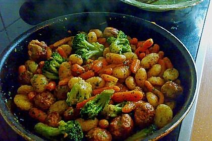 Gnocchi-Gemüse-Pfanne mit Mettbällchen 44