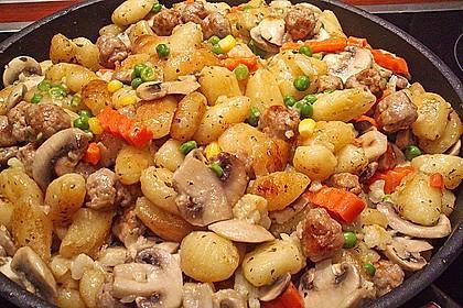 Gnocchi-Gemüse-Pfanne mit Mettbällchen 22