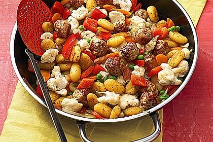 Gnocchi-Gemüse-Pfanne mit Mettbällchen
