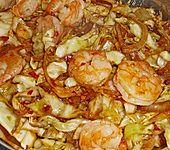 Spitzkohl mit Garnelen aus dem Wok (Bild)