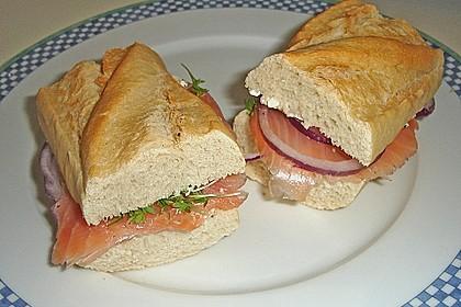 Brötchen, Baguette oder Bagel mit Räucherlachs und Frischkäse 1