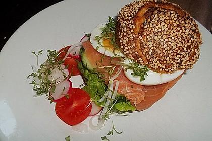 Brötchen, Baguette oder Bagel mit Räucherlachs und Frischkäse 2