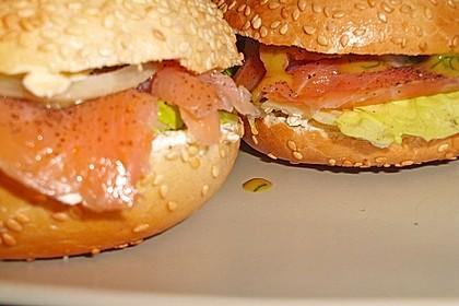 Brötchen, Baguette oder Bagel mit Räucherlachs und Frischkäse 7