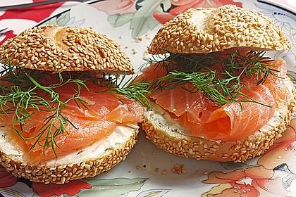 Brötchen, Baguette oder Bagel mit Räucherlachs und Frischkäse 3