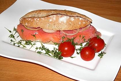 Brötchen, Baguette oder Bagel mit Räucherlachs und Frischkäse