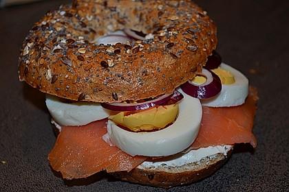 Brötchen, Baguette oder Bagel mit Räucherlachs und Frischkäse 5