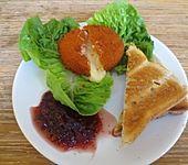 Salat mit gebackenem Camembert