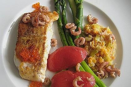 Kabeljaufilet mit Krabben und Kaviar an Lauchlinsen, grünem Spargel und Tomatenfilets