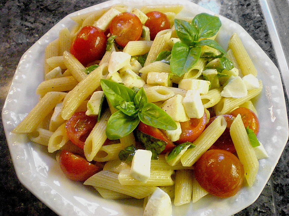 einfacher tomate mozzarella salat von py chan. Black Bedroom Furniture Sets. Home Design Ideas