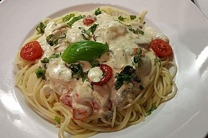 Champignon - Käse - Sauce auf Spaghetti