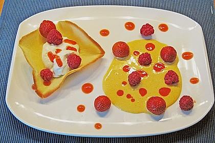 Zitronenmousse im Knusperteig auf englischer Creme mit Früchten der Saison