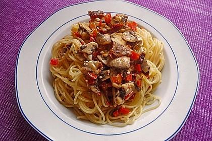 Pasta mit scharfer Paprika-Champignon-Hüttenkäse-Sauce 2