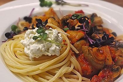 Pasta mit scharfer Paprika-Champignon-Hüttenkäse-Sauce