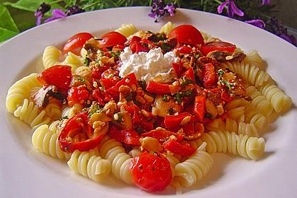 Pasta mit scharfer Paprika-Champignon-Hüttenkäse-Sauce 5
