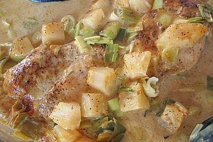 Zarte Hähnchenbrust auf dem Lauchbett in fruchtiger Ananas - Currysoße 3