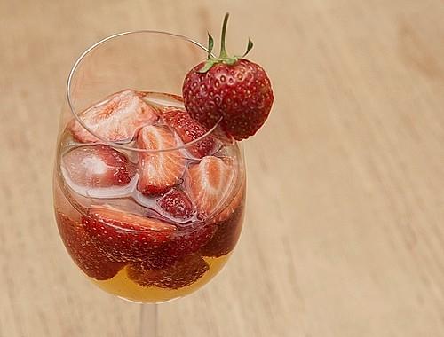 spritzige erdbeerbowle rezept mit bild von chefkoch. Black Bedroom Furniture Sets. Home Design Ideas