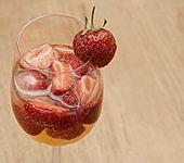 Spritzige Erdbeerbowle (Bild)