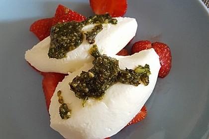 Buttermilchmousse mit Erdbeeren und Nusspesto 8
