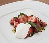 Buttermilchmousse mit Erdbeeren und Nusspesto (Bild)