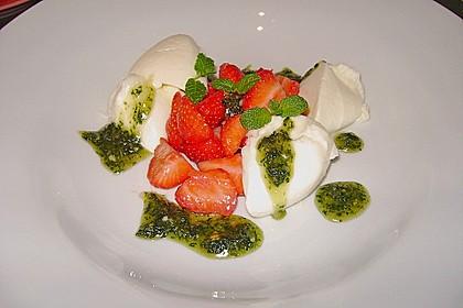 Buttermilchmousse mit Erdbeeren und Nusspesto 7