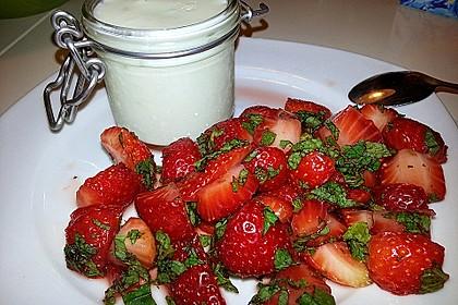 Buttermilchmousse mit Erdbeeren und Nusspesto 5