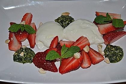 Buttermilchmousse mit Erdbeeren und Nusspesto 4