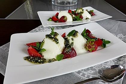 Buttermilchmousse mit Erdbeeren und Nusspesto 2