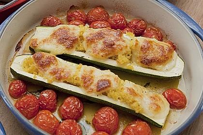 Mit Couscous gefüllte und überbackene Zucchini