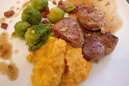 Schweinefilet auf Süßkartoffelpüree mit Lebkuchenjus und Rosenkohl 24